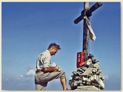 10 Gipfelkreuz - Eintrag ins Gipfelbuch