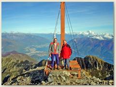 18 Klaus und Paul auf dem Gipfel. Im Hintergrund Locarno
