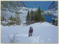 13 Klaus stampft im knietiefen Schnee oberhalb des Lac de Lovenex begwärts. Hinten der Col de la Croix und der Genfersee