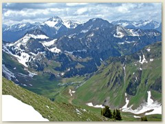28 Im Talgrund die Chalets de Bise (F) oberhalb des Col de Bise
