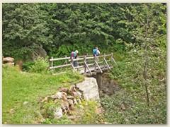 01 Oberhalb Molare bei Fornace geht ein Steg über den Ri di Stou