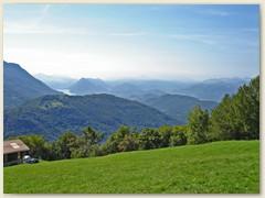 03 Aussicht Richtung Lugano mit San Salvatore. Im Dunst der Staudamm von Melide