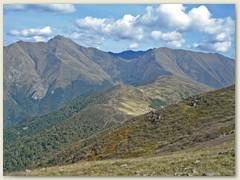 07 Sein Nordöstlicher Nachbar, der Monte Camoghe. Dazwischen das Val di Serdena, Militärgebiet von Isone
