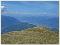 08 Vom Monte Bar das Val d'Isone, die Cima di Medeglia, links Monte Ceneri und im Hintergrund Piano di Magadino mit Locarno