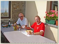 10 Nach der einmaligen Rundsicht geniessen wir ein feines Tessiner-Mittagessen mit Merlot bevor der Abstieg und die Heimreise beginnt