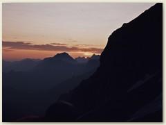 07 Am anderen Tag,  Sonnenaufgang über den Berner Alpen