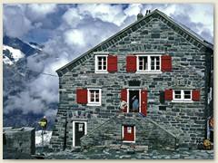 12 Thomas vor der Haustüre der Britanniahütte SAC