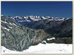 34 Einige Wolken über dem Rhonetal und eine Vielzahl Berner Alpen