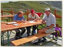 05.2 Auf der sonnigen Terrasse geniessen wir beim Kartenstudium ein kühles Getränk