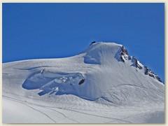 22 Die Signalkuppe 4554 m, kaum sichtbar die Seilschaft unterhalt dem Rifugio Regina Margherita