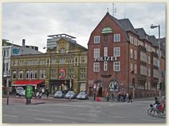 04_Die Davidwache ist das Gebäude des Hamburger Polizeikommissariats 15. Nebenan das St. Pauli-Theater