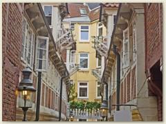 """09_Die Krameramtsstuben in Hamburg liegen am Krayenkamp in der Neustadt unterhalb des """"Michels"""". Ehemals als Wohnungen für Witwen vom Krameramt genutzt, bilden heute eine letzte geschlossene Hofbebauung"""