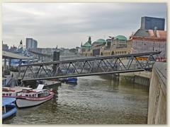 16_Bei den Landungsbrücken handelt es sich um eine große Anlegestelle für Fahrgastschiffe am Nordrand des Hamburger Hafens