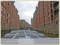 33_Die Gebäude der Speicherstadt stehen unter Denkmalschutz und beherbergen auf einer Länge von 1,5 Kilometern Freizeitangebote