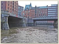 36_Die Speicherstadt steht auf einer rund 26 Hektar großen Fläche und wird von sechs Fleeten durchzogen. Ein Fleet ist die Bezeichnung eines natürlichen Wasserlaufs der in die Elbe mündet