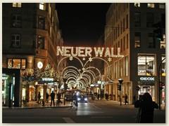 52_Der Neue Wall ist eine Geschäftsstrasse in der Hamburger Neustadt. Die Strasse erstreckt sich über rund 580 Meter