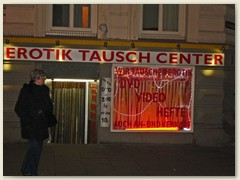 56_Die Reeperbahn ist die zentrale Straße im Hamburger Vergnügungs- und Rotlichtviertel des Stadtteils St. Pauli
