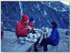 03 Wir dinieren im Freien bei Syabru 2330 m