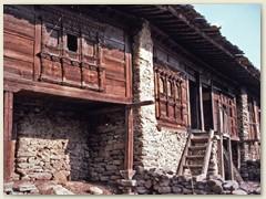 08 Alte Häuser mit schön geschnitzten Holzfenster