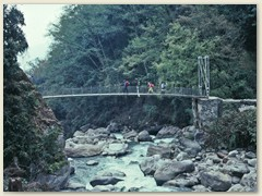 16 Eine neue Eisenbrücken überquert den Langtang Khola