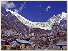 36 Der Hauptort des ganzen Tales: Langtang 3307 m, mit den Himalaya-Riesen