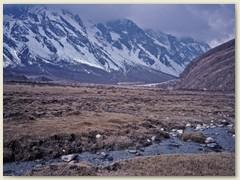 38 Durch das herrliche Hochtal, inmitten schöner Berge, führt uns der Weg