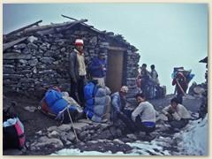 50 Eine Verschnaufpause für die Sherpas die unsere schweren Säcke, Zelte und Verpflegung tragen