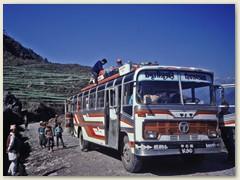 70 Am Morgen, der Linienbus nach Kathmandu wird beladen