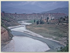 73 Richtung Kathmandu, dem Fluss Trisuli entlang, ändert die Landschaft und Vegetation