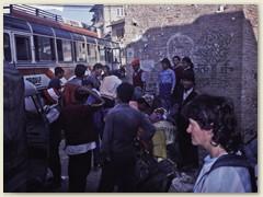 74 In Kathmandu angekommen fährt der Bus in die immer enger werdenden Gassen ins Altstadt-Viertel Thamel. Alle aussteigen