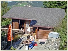 04 Lydia arbeitet auf der Terrasse