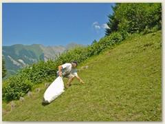 17 Bruder Fritz sammelt das Gras ein