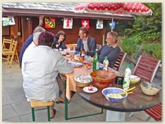 24 Mit den Spendern der Fahnenstange an einem Tisch