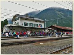 04r Besucher beim Bahnhof Bever