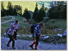 02 Bergauf zum Patraflon, in der Ferne grüsst die La Berra 1719 m