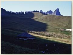 14 Alphütten bei Ober Euschel mit Chörblispitz, Fochsenflue und Spitzflue