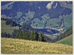 15 Blick auf den Schwarzsee, im See spiegelt die Fluh oberhalb Pürrena
