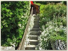 26 Treppe zur Terrasse und Haupteingang