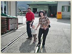 29_Bhf Balsthal, Florian mit Papi und Grossmami Richtung Depot der OeBB