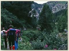 04 Van d'en Haut 1371 m. Der Wanderweg führt über einige Stufen nach oben