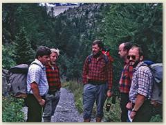 06 Diskussion über ….  im Hindergrund ein Teil der Staumauer vom Lac de Salanfe