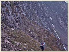 13 Eine steile Flanke fürt hinunter nach Saledri und weiter nach Pesciüm