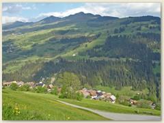 10 Dorf Pitasch - Blick ins Lugnez mit Piz Mundaun, Mai 2007
