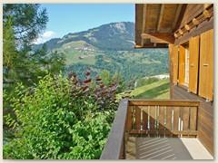 28 Balkon mit Blick auf das Dorf Riein, Juli 2003
