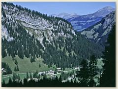 01 Oberhalb Ifigenalp mit der Felswand des Hoberg