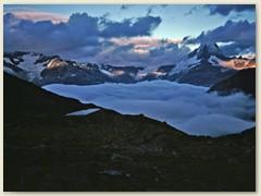 11 Mit Sonnenaufgang und Nebelmeer erwartet uns eine schöne Bergtou