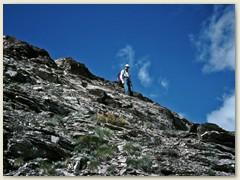 14 Abstieg über den breiten schutt- und schieferbedeckten Südostgrat