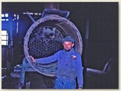 25 Ein Arbeiter zeigt uns einen Teil des Dampflok-Kessels