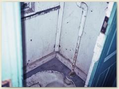 28 Schneller Blick in eine Eisenbahnwagen-Toilette